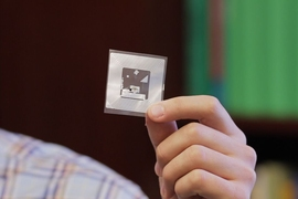 The MIT researchers' wireless chemical sensor.