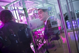 Leung Chun-ying visits the MIT Media Lab
